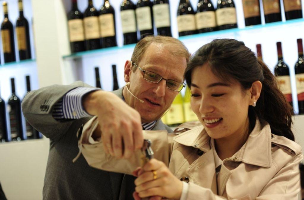 Frank Kämmer zeigt einer Chinesin, wie man richtig Wein trinkt. Foto: Changyu