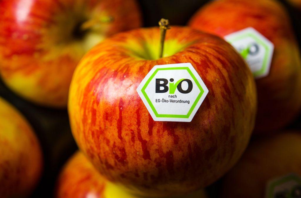 Die Kontrolleure untersuchten unter anderem Bio-Frischobst auf Pestizidrückstände. Foto: dpa