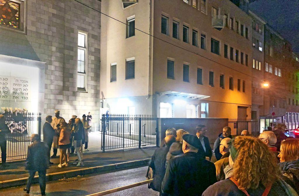 Am Mittwochabend haben sich Bürgerinnen und Bürger spontan zu einer Solidaritätskundgebung vor der Synagoge im Hospitalviertel eingefunden. Foto: Joe Bauer