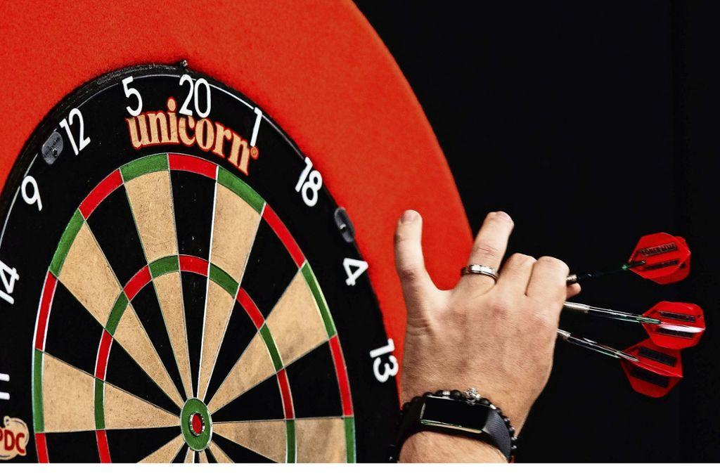 Die AfD im Rems-Murr-Kreis protestiert gegen ein Dartspiel mit Politikerfoto (Symbolbild). Foto: dpa/Silas Stein