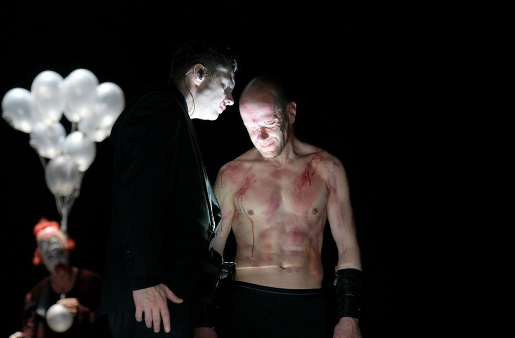Christian Friedel als Big Brother (links) und Robert Kuchenbuch als Winston Smith Foto: Thomas Aurin