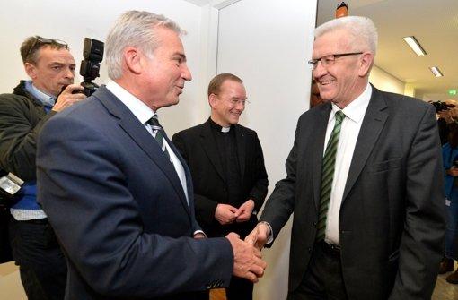 Ein Handschlag zwischen Gesprächspartnern: Thomas Strobl (CDU) und Winfried Kretschmann (Grüne) sondieren die Möglichkeiten für eine grün-schwarze Koalition in Baden-Württemberg. Foto: dpa