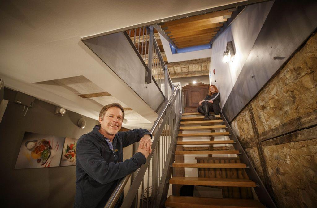 Endlich fertig: Bernd Bachofer   kann seinen Gästen nun direkt über seinem Waiblinger Lokal Zimmer zur Übernachtung anbieten. Ausgestattet hat sie Sabine Schneider. Foto: Gottfried Stoppel