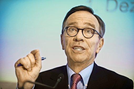 VDA-Präsident Wissmann  wehrt sich dagegen, dass die  gesamte Branche wegen VW unter Generalverdacht gestellt wird. Foto: dpa