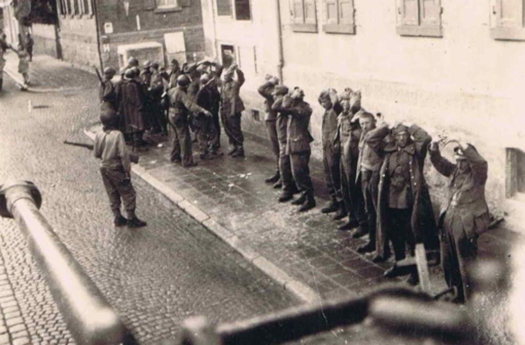 Der französische Soldat Raymond Lescastreyres hat dieses Foto von seinem Panzer aus gemacht – es zeigt, wie in Vaihingen deutsche Soldaten gefangen genommen werden. Die Bildergalerie zeigt weitere Motive aus dieser Zeit. Foto: Lescastreyres