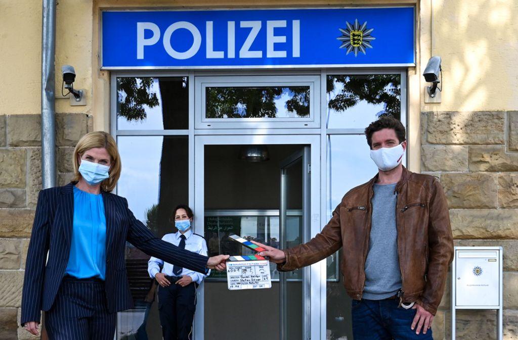 Mindestabstand und Maske gehören für die Soko-Schauspieler Astrid M. Fünderich (links), Bärbel Stolz  und Peter Ketnath  zum Drehalltag. Foto: Markus Fenchel