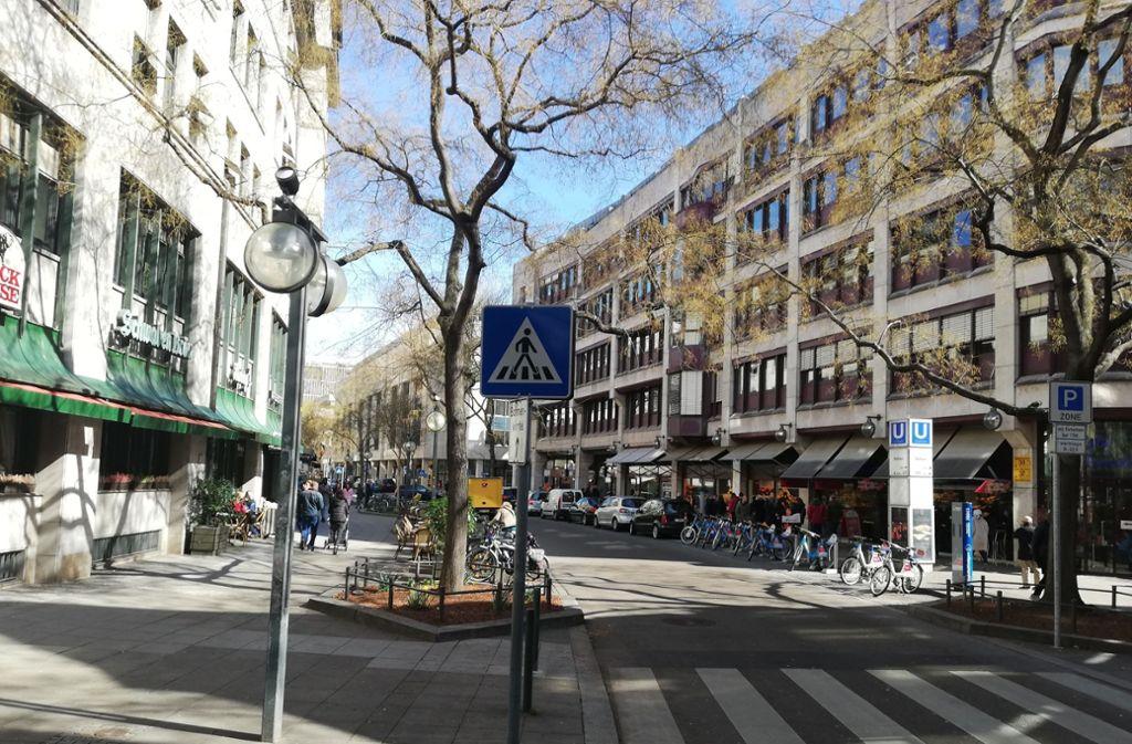 An der Eberhardstraße soll es künftig weniger Autos und mehr Grün geben. Anwohner befürchten aber gravierende Nachteile. Foto: Cedric Rehman