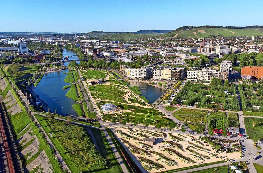 Das Stadtquartier Neckarbogen wird wachsen, das Inzwischenland  (rechts) und die Sommerinsel (Bildmitte) müssen dafür weichen. Foto: Buga/Jürgen Häffner