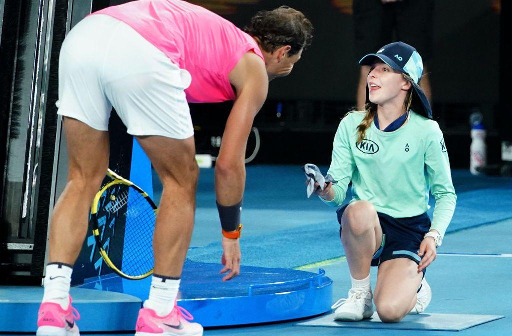 Rafael Nadal schenkte dem Mädchen sein Stirnband. Foto: dpa/Scott Barbour