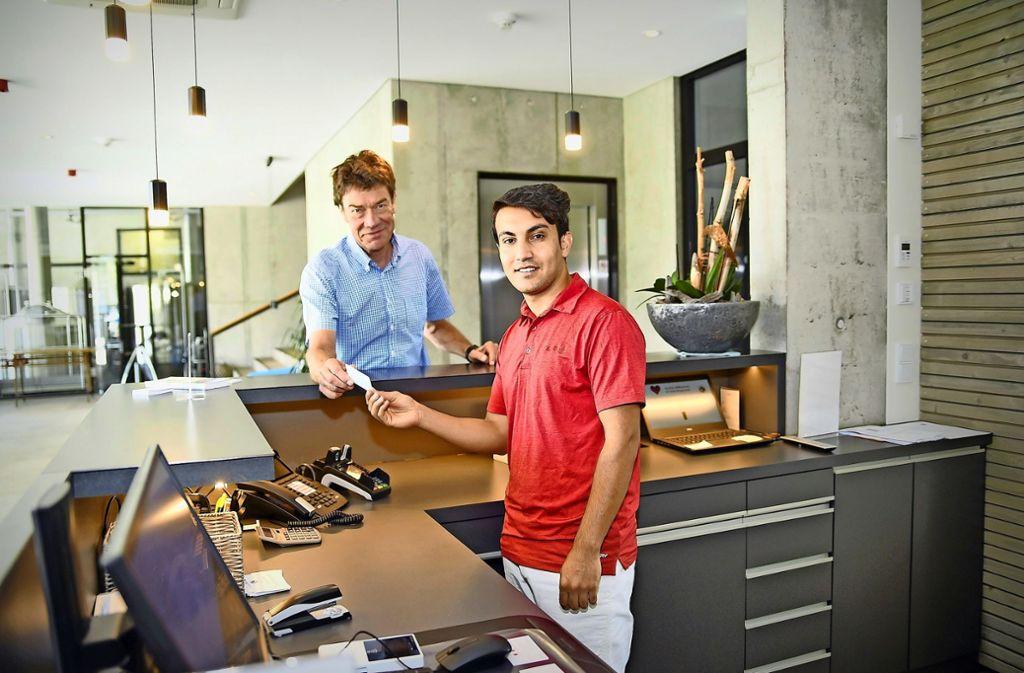 Der Hotelchef Michael Leibinger will Basir Sediqi  als Lehrling  einstellen. Die bayerischen Behörden   machen nicht mit. Foto: Andreas Brücken
