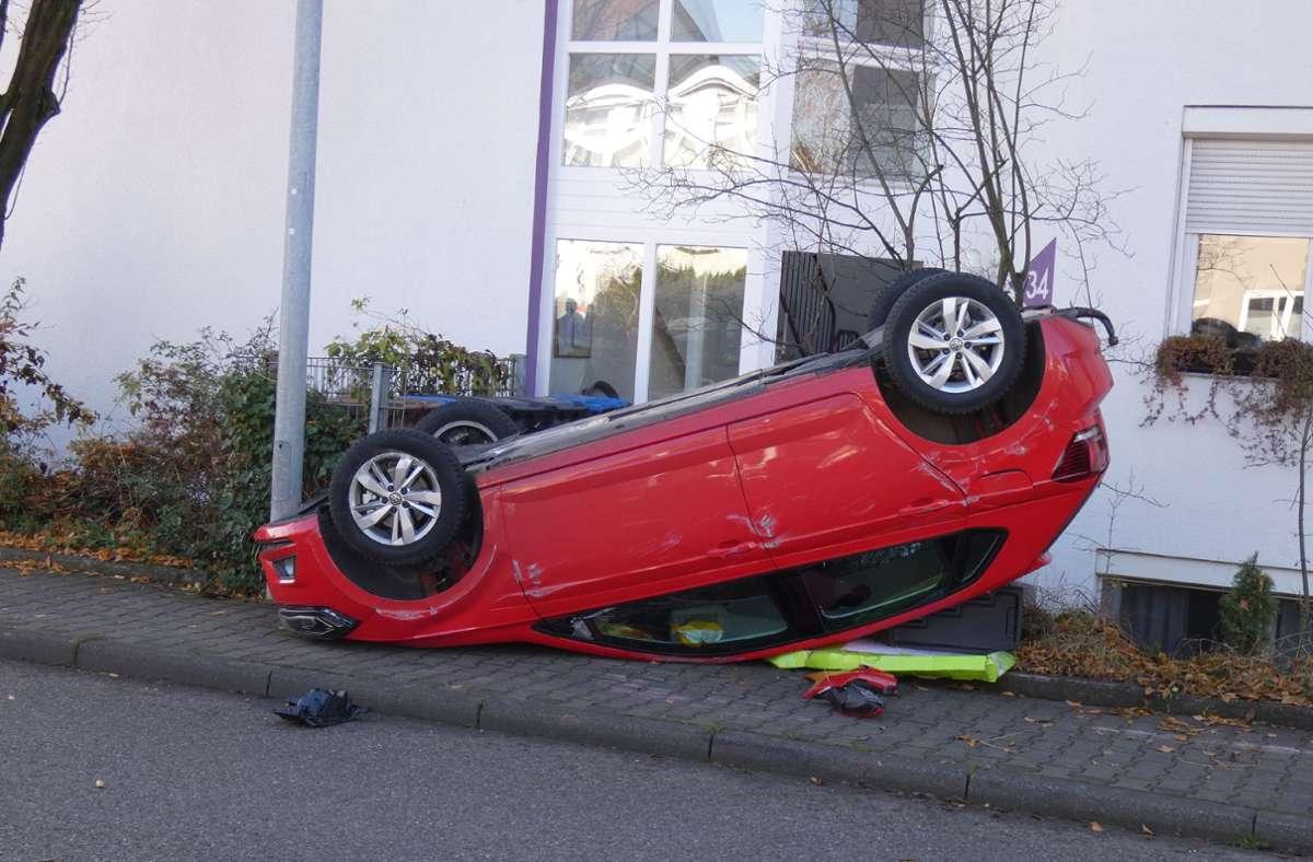 Das Auto landete vor einem Wohnhaus. Foto: SDMG// Kullen