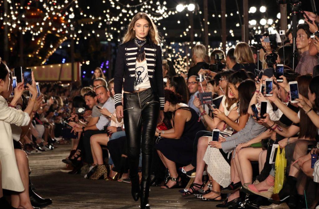 Das Model Gigi Hadid ist derzeit eines der gefragtesten Models. Auf dem Foto läuft sie für Tommy Hilfiger während der aktuellen Fashion Show in New York. Foto: AFP
