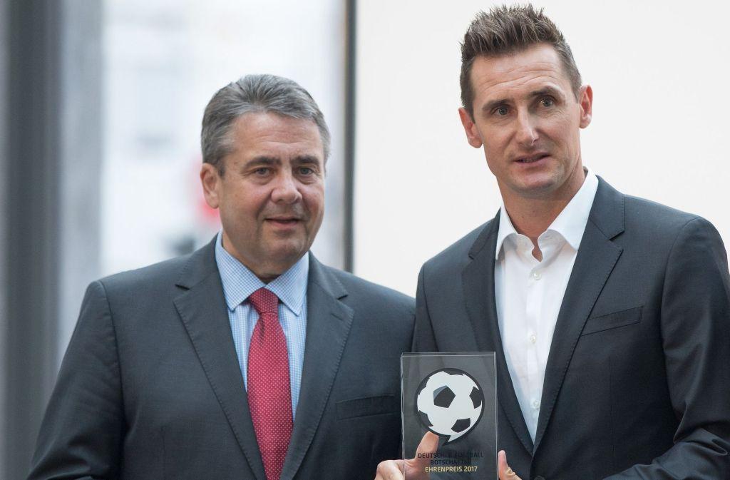Bundesaußenminister Sigmar Gabriel (links, SPD) verleiht dem Fußballer Miroslav Klose den Ehrenpreis bei der Preisverleihung des Vereins Deutscher Fußball-Botschafter. Foto: dpa