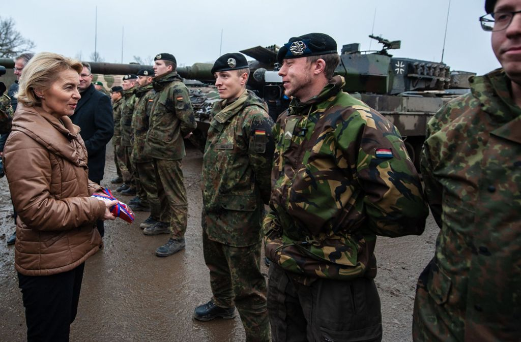 Verteidigungsministerin Ursula von der Leyen besucht Panzersoldaten in Munster. Foto: dpa
