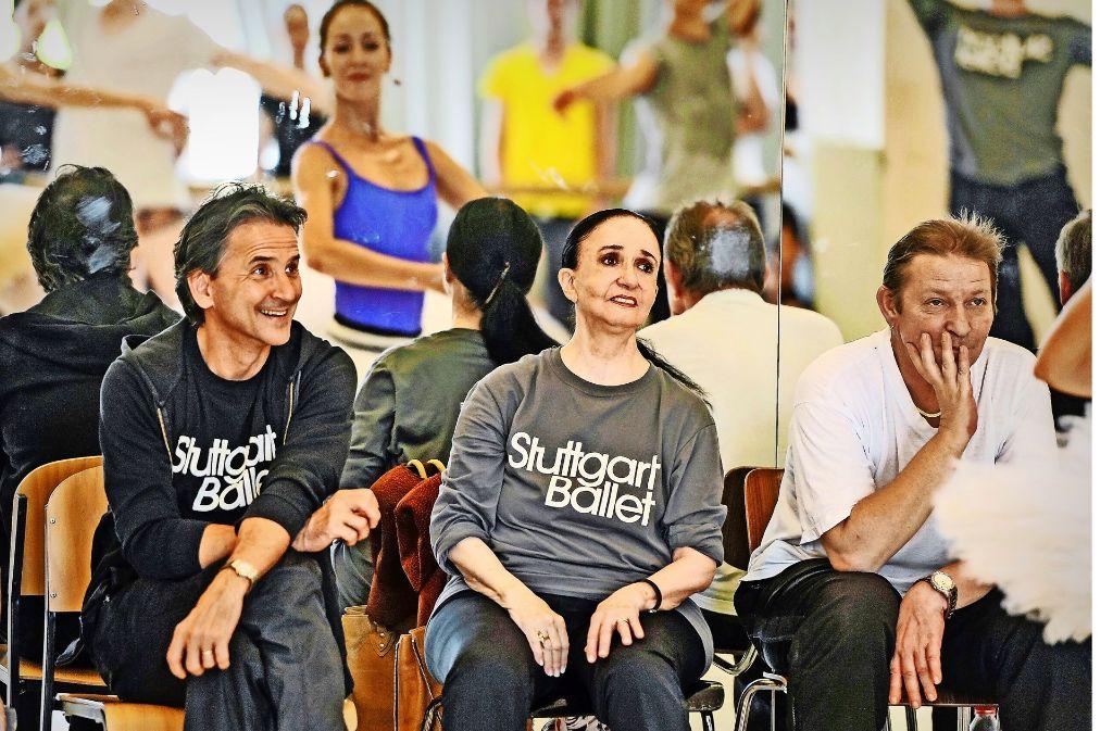 Marcia Haydée (Mitte) 2015 im Ballettsaal in Stuttgart mit Tamas Detrich (links) und Thierry Michel (rechts) Foto: Roman Novitzky