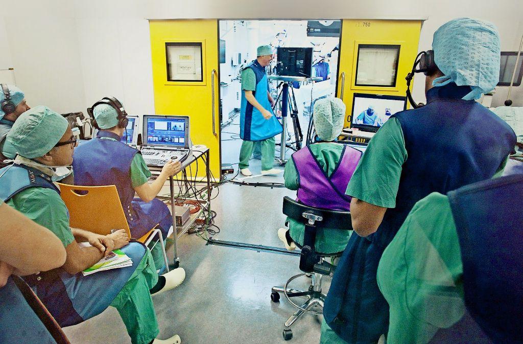 Technisch auf dem neuesten Stand:  Ulmer Unfallchirurgen führen  Schulungsoperationen durch, die im Internet weltweit live übertragen werden. Foto: dpa
