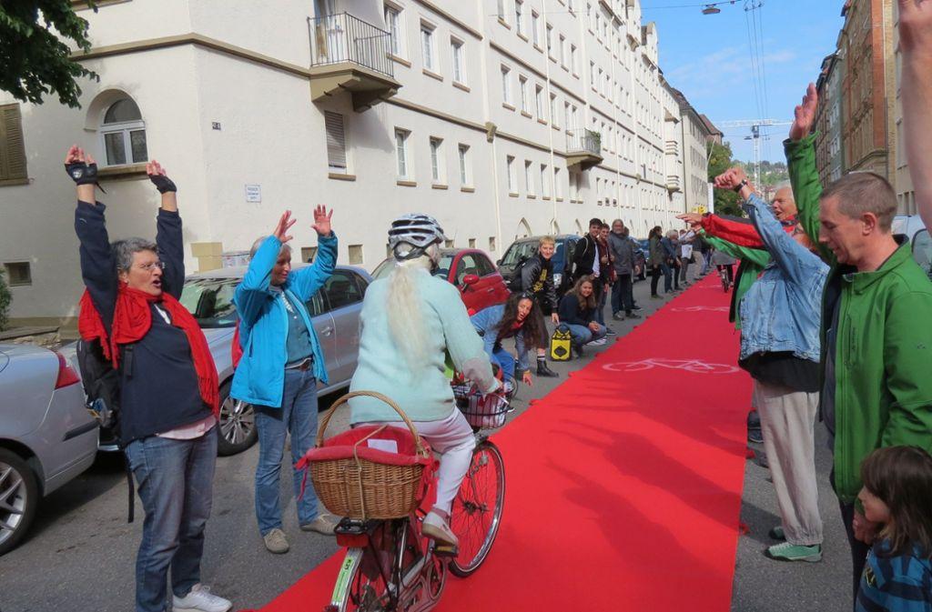 Ein roter Teppich für die Radler – mit dieser Aktion warb der Radentscheid Stuttgart im Sommer für sein Anliegen. Foto: Julia Bosch