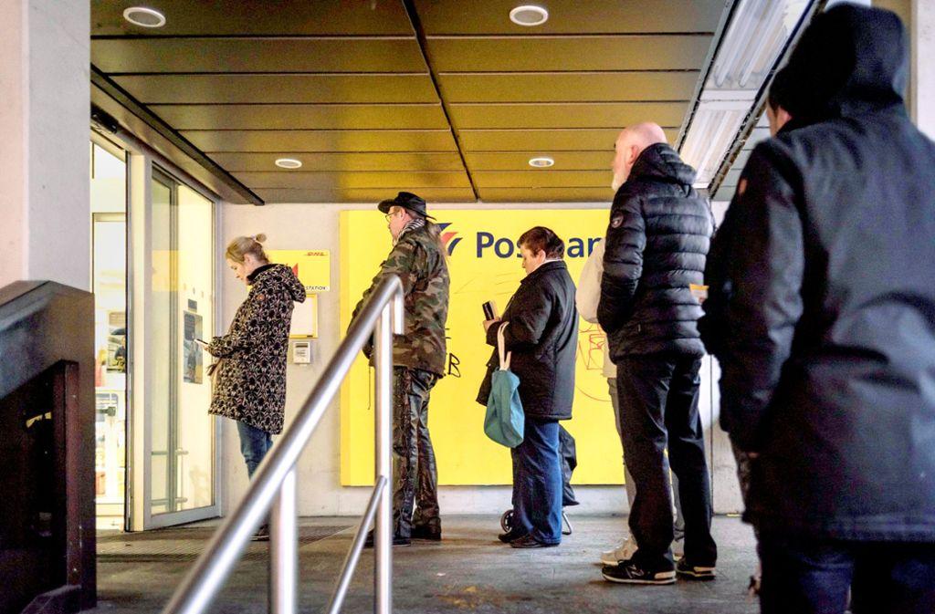 Im   Vorweihnachtsgeschäft bilden sich vor den  Postfilialen oft lange Schlangen: Wie hier im Stuttgarter Süden. Foto: Lichtgut/Max Kovalenko