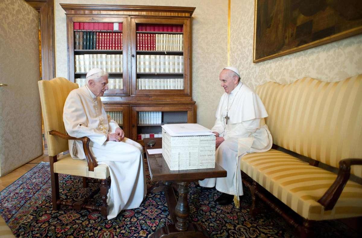 Papst Franziskus (r) und der zurückgetretene Papst Benedict XVI haben sich gegen das Coronavirus impfen lassen. (Archivbild von 2013) Foto: picture alliance / dpa/Osservatore Romano / Handout
