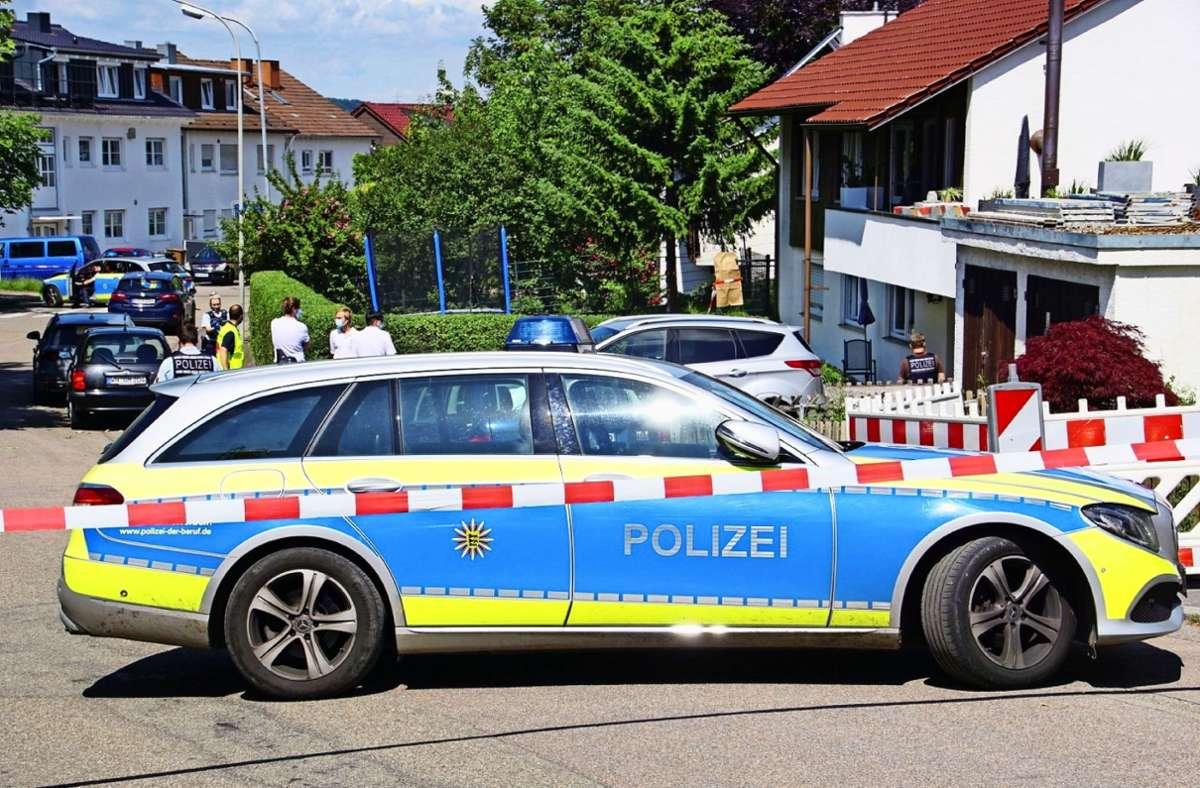 Polizei im Juni in Allmersbach: eine Frau und ihre neunjährige Tochter sind getötet worden. Foto: SDMG// Hemmann