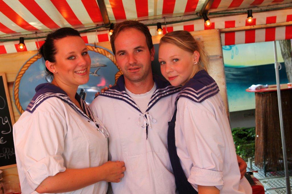 Auf dem Fischmarkt in Stuttgart findet offenbar jeder Seemann seine Braut - oder gleich zwei?! Foto: Benjamin Beytekin