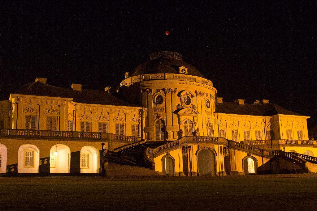 Der Blutmond zeigt sich über dem Schloss Solitude. Foto: Simon Schäfer
