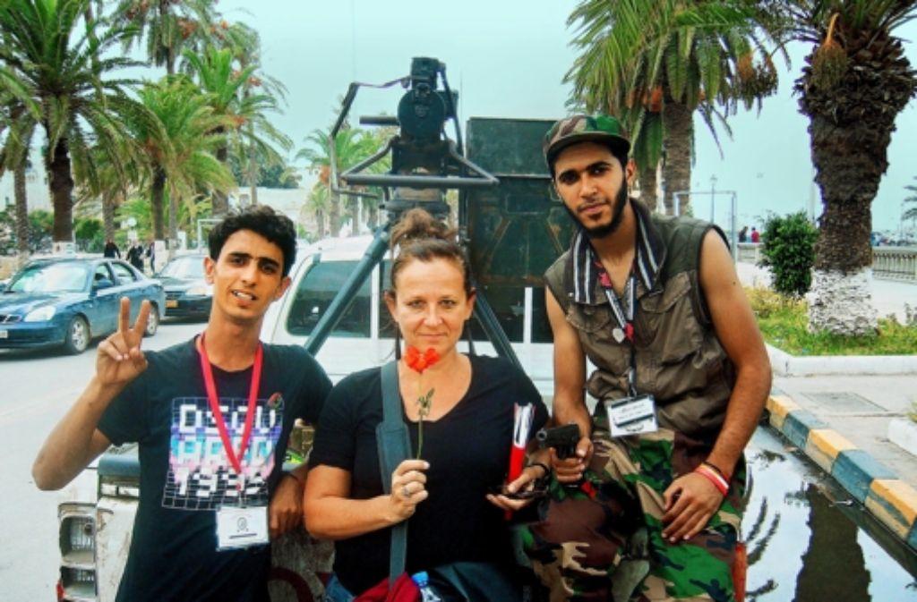 Liebt die Gefahr: Gabriele Riedle in Gesellschaft libyscher Rebellen Foto: Riedle