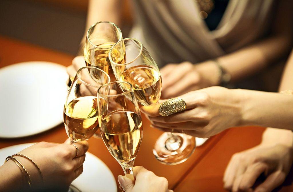 Prost! Der Genuss von Alkohol ist tief in unserer Gesellschaft verwurzelt. Foto: Monet/Adobe Stock