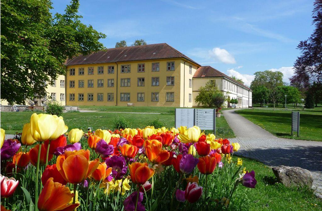 Der Schlosspark Winnenden, der einst als Jagdgarten genutzt wurde, hat neben bunten Blumen auch interessante Bäume zu bieten. Foto: Klinikum Schloss Winnenden