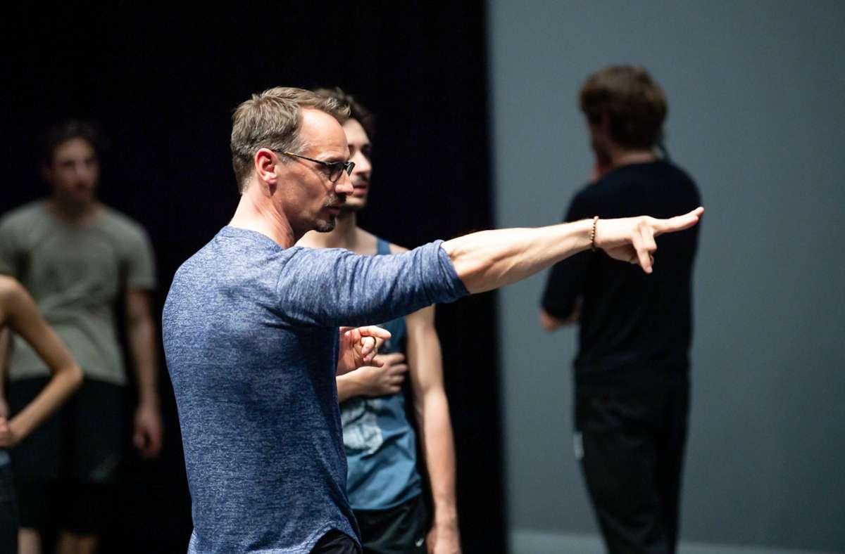 """""""Cassiopeia's Garden"""" heißt das neue Ballett, das Christian Spuck in Stuttgart erarbeitet. Bis in die Fingerspitzen muss jedes Detail sitzen. Foto: Roman Novitzky"""