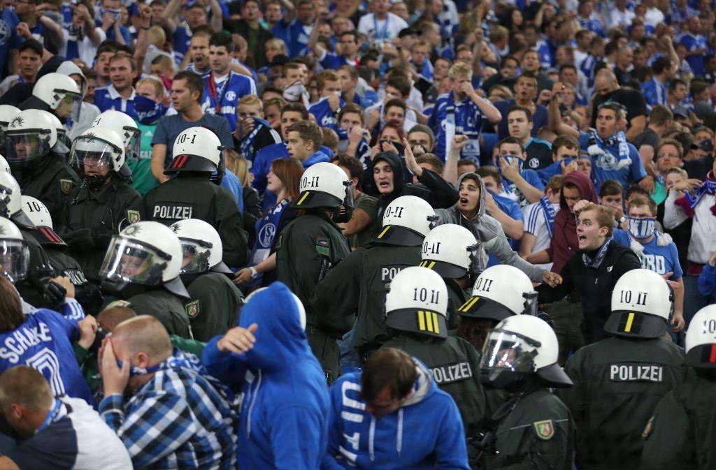 Noch vor der Europa-League-Partie zwischen Schalke 04 und PAOK Saloniki kommt es zu Auseinandersetzungen von Schalke-Fans und der Polizei. Foto: dpa (Archivfoto)