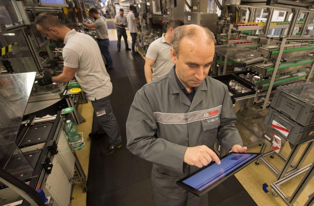 Ein Bosch-Mitarbeiter überprüft in Stuttgart  im Bosch-Werk Feuerbach mit Hilfe der vernetzten Fertigung die Produktion von   Pumpen zur Kraftstoffeinspritzung. Foto: dpa