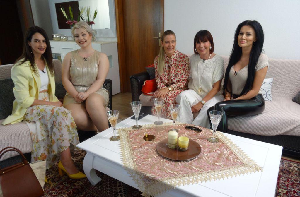 Am ersten Tag bei Kandidatin Zoi (2.v.l.) lernen sich die Teilnehmerinnen aus Stuttgart kennen und erfahren das Wochen-Motto. Foto: TVNOW