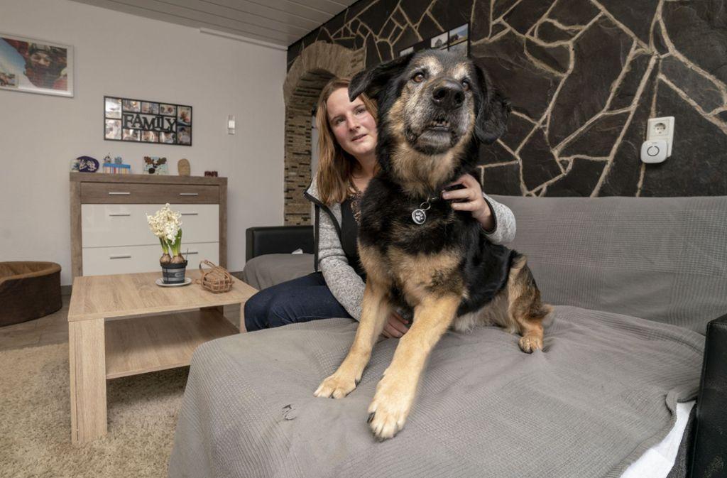 Trainerin Nicole Hahn und Hund Schnuffel, der seit vielen Jahren ein Zuhause sucht. Foto: factum/Andreas Weise