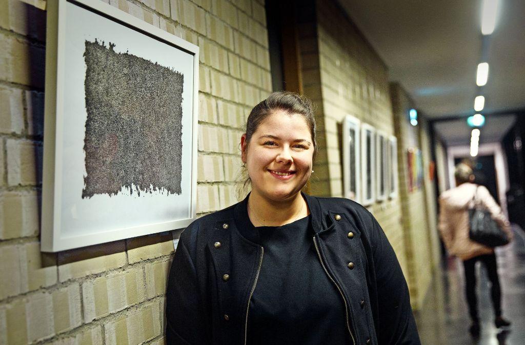 Annika Blank zeigt Zeichnungen in der Jubiläumsschau. Foto: Ines Rudel