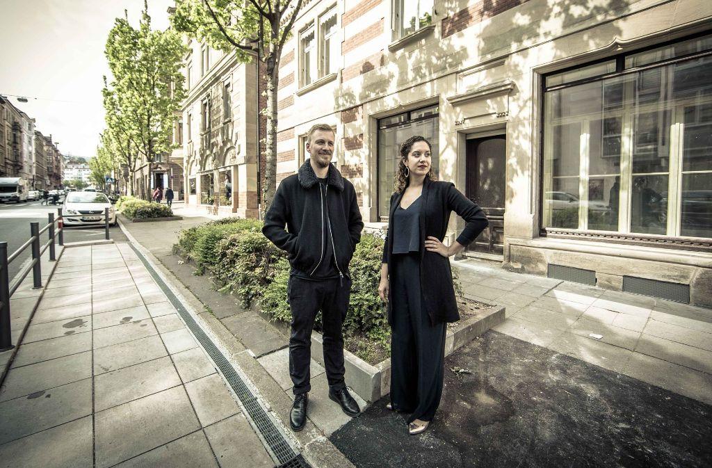 Die Tübinger Straße ist  eine Fahrradstraße  – und erlebt einen Aufschwung. Janusch Munkwitz und Tamara Deij-Ferrada eröffnen die Quartierskneipe Sattlerei. Foto: Lichtgut/Leif Piechowski