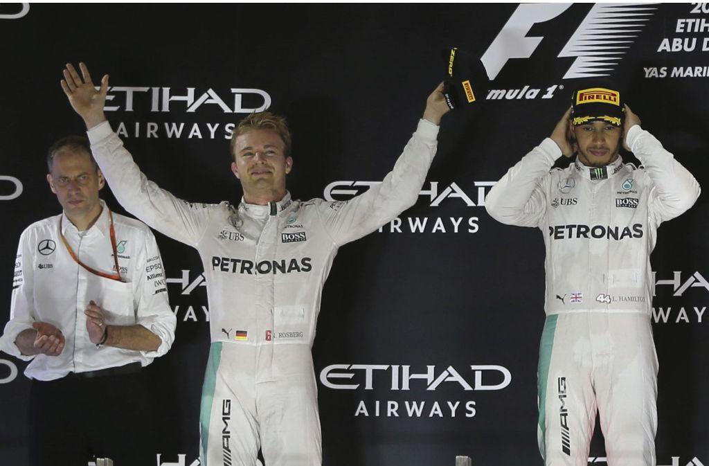 Nico Rosberg rückt in den Mittelpunkt, indem er seinen Rivalen Lewis Hamilton (rechts) aussticht. Foto: AP