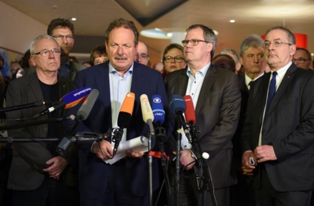 Erschöpft und ohne Überschwang präsentieren die Verhandlungsführer der Gewerkschaften und der Länder in Potsdam die Details des Tarifabschlusses. Foto: dpa-Zentralbild