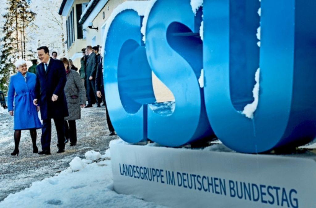 CSU-Landesgruppenchefin Gerda Hasselfeldt gibt im verschneiten Kreuth das Begrüßungskommando für den britischen Regierungschef David Cameron. Foto: dpa