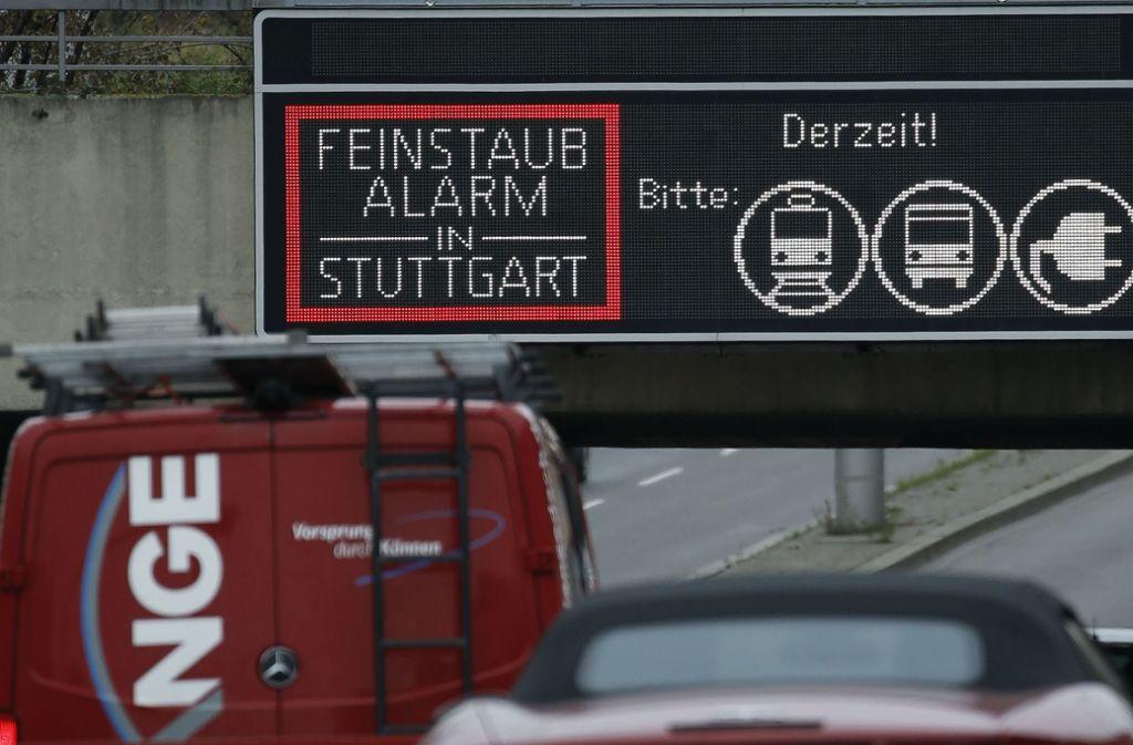 Die Anzeige ist für die Autofahrer in Stuttgart Routine. Vom 15. Oktober an ruft die Stadt wieder Feinstaubalarm aus. Foto: Lichtgut/Leif Piechowski