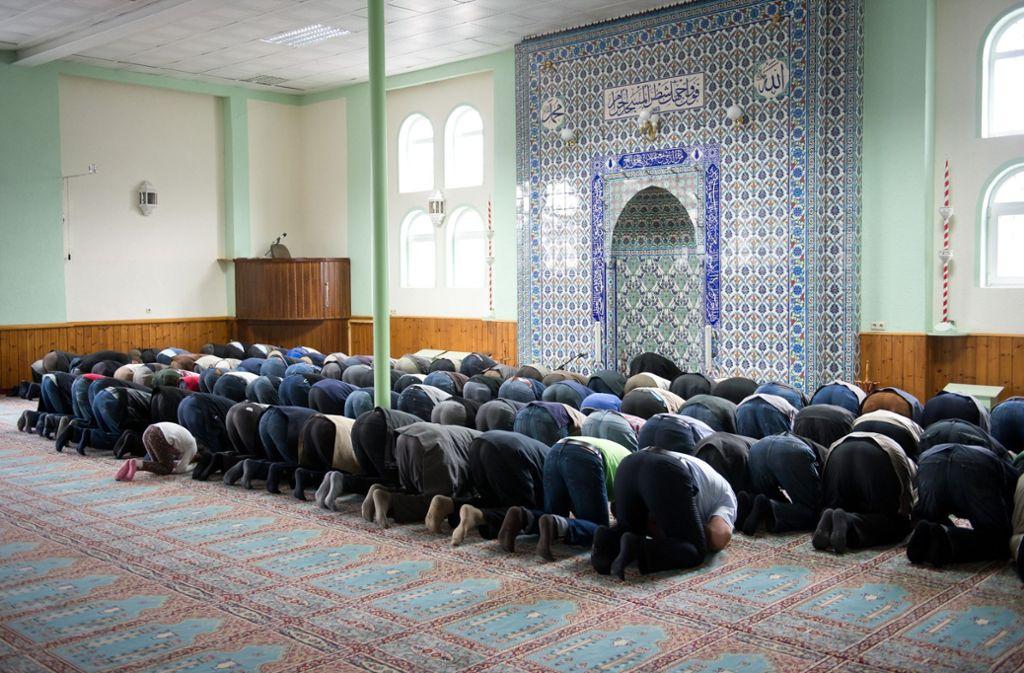 Der Gebetsraum der Moschee in Stuttgart-Feuerbach –  nach Hanau rückt die Sicherheitsfrage auch hier wieder in den Vordergrund. (Archivbild) Foto: dpa/Daniel Naupold