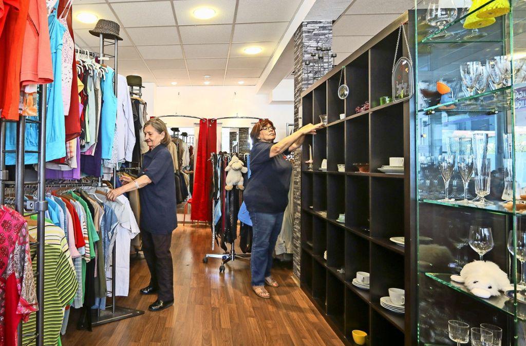 Laden-Chefin Uschi Reger (rechts) und eine Mitarbeiterin räumen Ware ein. Foto: factum/Granville