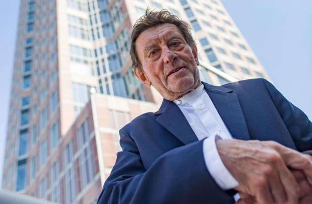 Helmut Jahn vor dem von ihm erbauten Frankfurter Messeturm. Foto: Frank Rumpenhorst/dpa