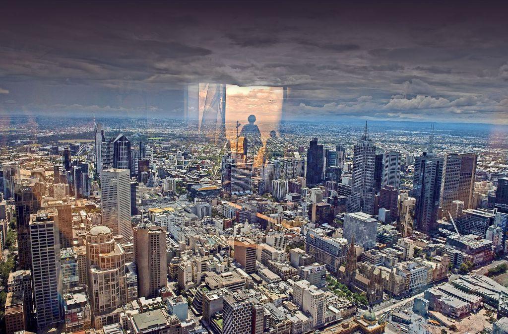 Lebenswertes Melbourne: Besucher auf dem Eureka Sydeck 88 Tower spiegeln sich beim Blick über die australische Millionenmetropole im Glas der Scheiben. Foto: DPA