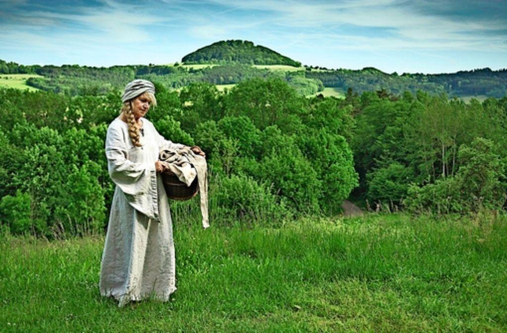 Barbara Reik schlüpft nicht nur ins Kostüm der Wäscherin Rosa. Sie hat aus der Sage um den Stauferkaiser Barbarossa auch einen Kurzroman gemacht. Foto: Renate Schultze
