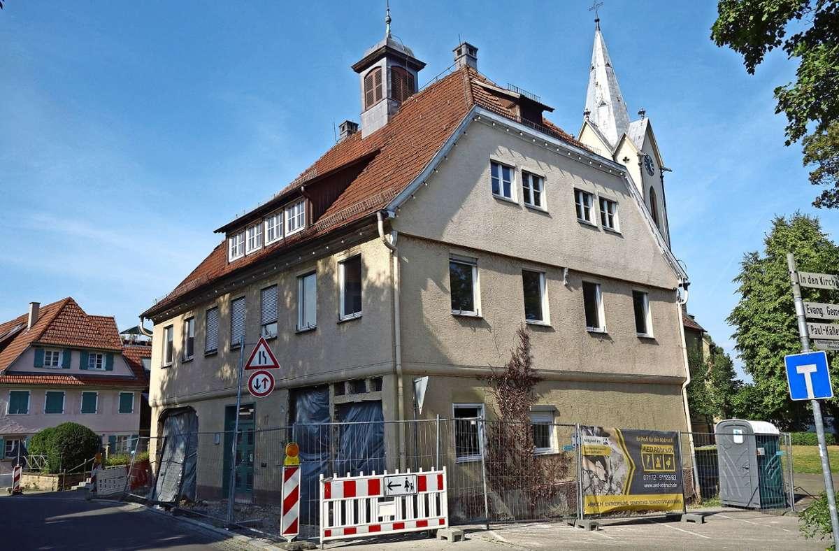 Früher hatte das Alte Rathaus  in Rommelshausen vier Bogentore. Sie  werden im Zuge der Generalsanierung wieder hergestellt –  aus Glas. Foto: Ingrid Sachsenmaier