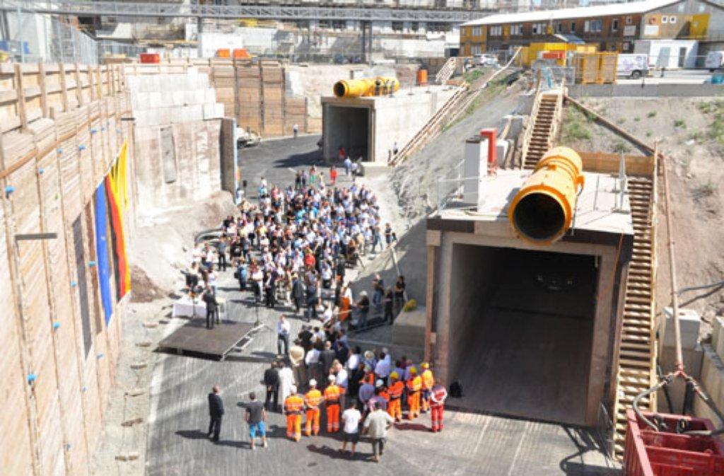 Erstmals in der Geschichte des Stuttgarter Straßenbaus gab es am Samstagnachmittag einen doppelten Tunnelanschlag. Anlass war der Baustart der beiden Stadtbahnröhren der U12 vom Europaviertel Richtung Hauptbahnhof.  Foto: Fotoagentur Stuttgart/Andreas Rosar