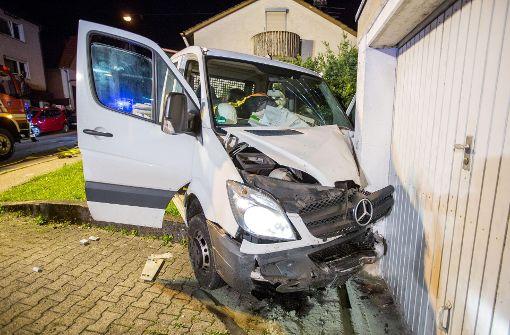 Auto prallt gegen Hauswand
