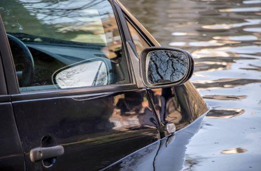 Absturz in Kanal drohte – Passanten retten Mann aus Auto