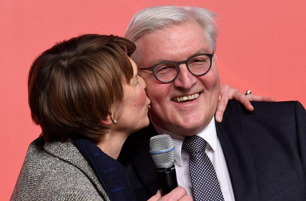 Frank-Walter Steinmeier mit seiner Ehefrau Elke Büdenbender vor der Wahl zum Bundespräsidenten. Schon im Vorfeld hatte sich der frühere Außenminister bei seine Frau für die Unterstützung bedankt. Foto: dpa